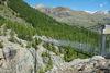 Zermatt-Furi: le pont suspendu de 100 m de long conduit, à 90 m de hauteur, à des coins grillade, à une aire de jeux et au jardin des glaciers de Dossen.