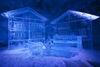 L'art glacé transparent est illuminé par des spots. On s'attarde volontiers devant ces merveilles.
