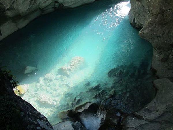 Fantastisches Naturschauspiel im September: Der besondere Lichteinfall lässt das Wassers in einem tiefen Türkisblau leuchten.