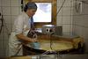 La fromagère Mirjam Gobba au travail, avec une cuve de cuivre.