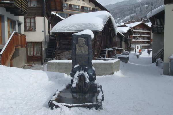 Gedenkbrunnen: Ulrich Inderbinen war der berühmteste Bergführer von Zermatt und wurde 104 Jahre alt. Ihm ist dieser Brunnen gewidmet.