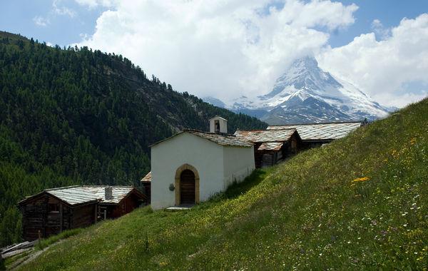 Kapelle in Findeln bei Zermatt mit Blick auf das Matterhorn.