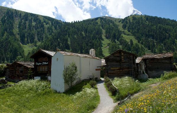 La chapelle s'élève au cœur du hameau de Zmutt, à une heure de marche de Zermatt.
