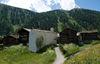 Die Kapelle steht mitten im Weiler Zmutt, eine Wegstunde von Zermatt entfernt.