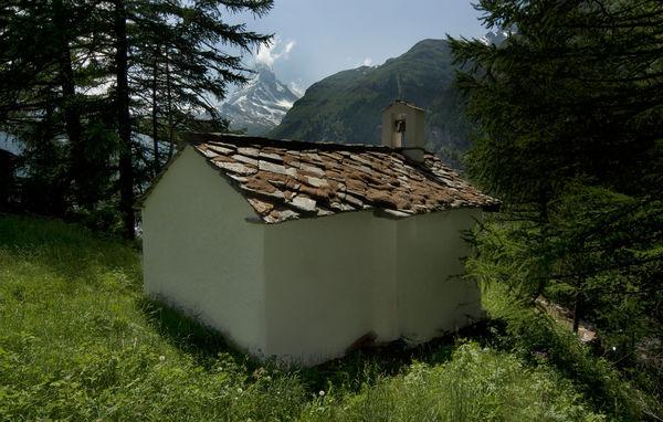 Die Kapelle der heiligen Luzia im Gebiet Ried, Zermatt: Ein ruhiger Ort mit Blick auf das Matterhorn.