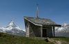 Kapelle Riffelberg: Moderne Architektur und imposante Aussicht auf die alpine Bergwelt von Zermatt.