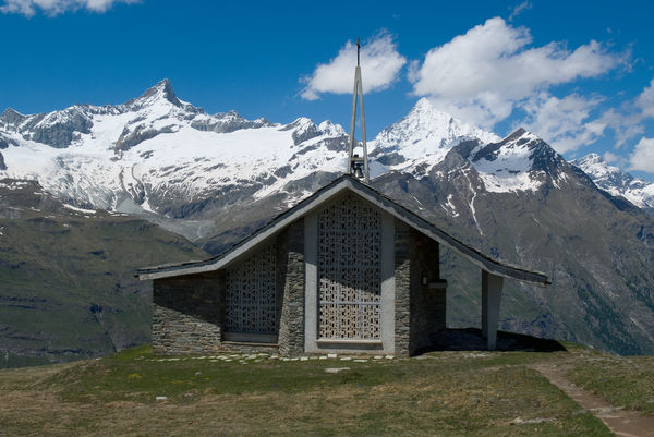 L'architecture de la chapelle de Riffelberg rappelle la silhouette du Weisshorn (à droite, derrière les nuages).