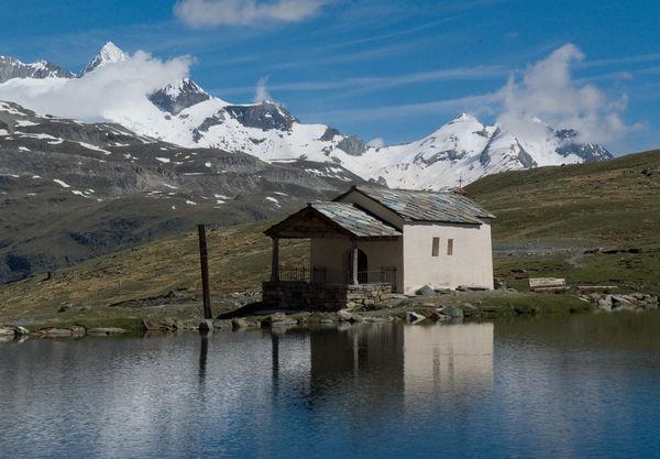 Un joyau sur les hauteurs de Zermatt: la chapelle se dresse sur la rive du Schwarzsee.