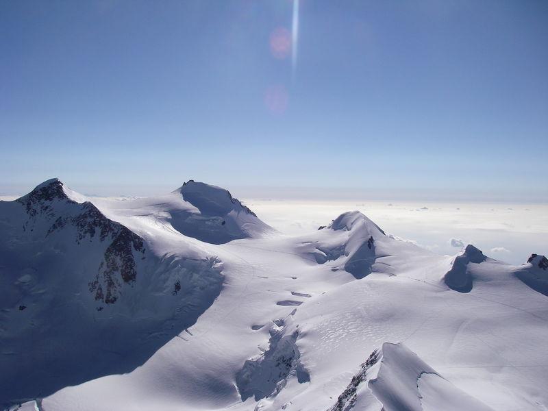 Die Ludwigshöhe ist ein Viertausender und Teil des Monte Rosa-Massivs (zweite Erhebung von rechts).