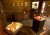 Der Raum der Matterhorn-Erstbesteigung: Relief des Matterhorns (links), das gerissene Seil der Erstbesteigung (Glaskasten), Porträts der Ersbesteiger (an der Wand), Eispickel von Edward Whymper (auf der Kommode liegend), Gegenstände der Abgestürzten (Ecke, rechts).