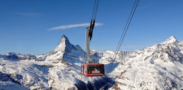 The cable car operated by Zermatt Bergbahnen on the ascent to Rothorn station. In winter, passengers often see numerous chamois on the slopes.