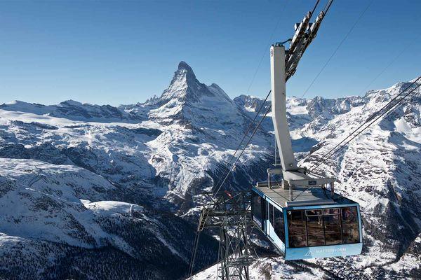 Die Pendelbahn der Zermatt Bergbahnen auf dem Weg zur Station Rothorn. Im Winter sind bei der Fahrt oft zahlreiche Gämsen am Berghang zu erblicken.