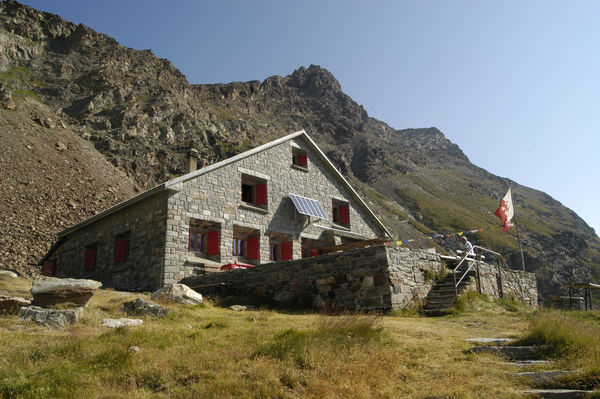 The Schönbiel hut stands on an outcrop in the upper Zmutt valley.