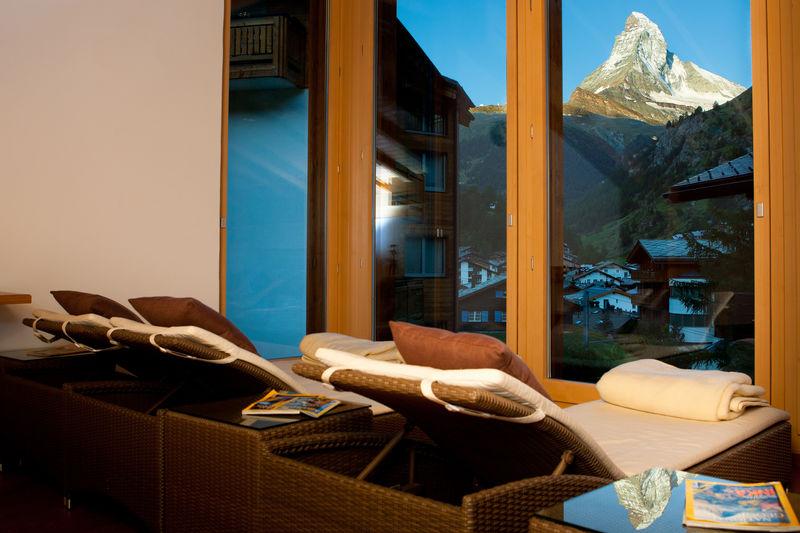 Vom Liegestuhl kommt man kaum los - zu sehr zieht der Blick auf das Matterhorn in seinen Bann.