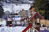 Spielplatz Obere Matten 1, Zermatt: verschiedene Spielgeräte und -bereiche stehen zur Verfügung.