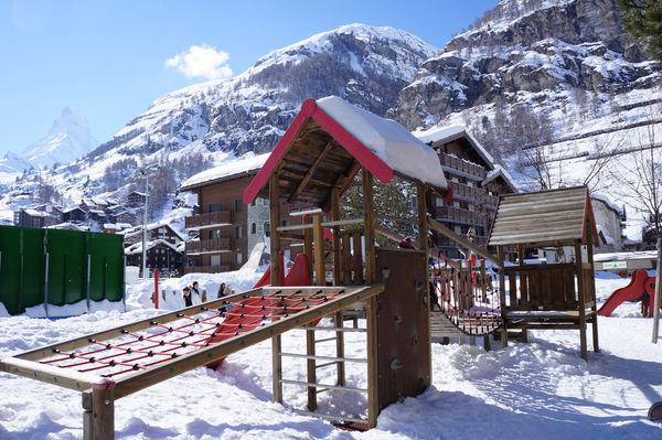 Spielplatz Obere Matten 1, Zermatt: ein Paradies für bewegungsaktive Kinder.