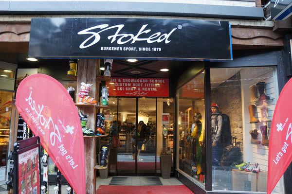Stoked Sports, Zermatt: Vermietung und Verleih von Ski- und Snowboardausrüstungen inklusive Kleider.