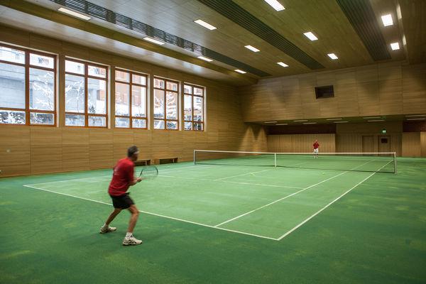 Tennishalle Zermatt: gute Lichtverhältnisse, wettersicher und gut ausgerüstet.