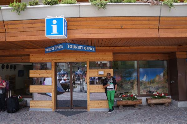 Les visiteurs trouvent ici leur conseiller: l'équipe compétente de Zermatt Tourisme propose infos, billets et souvenirs.
