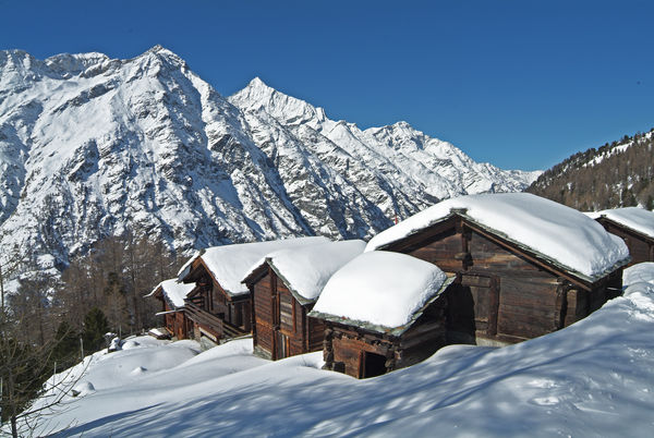 Gädini (small barns) at Tufteren, with view of the Platthorn and Mettelhorn.