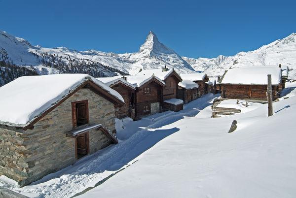Hameau de Findeln, Zermatt: situé directement sur les pistes de ski et offrant de nombreux restaurants ainsi qu'une vue imprenable sur le Cervin.