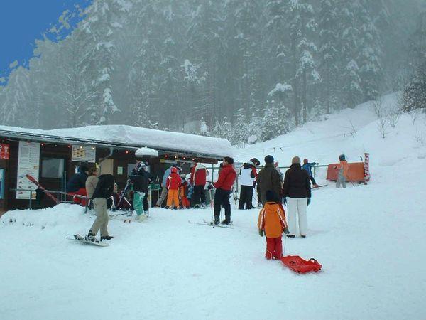 Skifahrer beim Liftstüberl am Skilift Rabenstein bei Zwiesel im ArberLand Bayerischer Wald