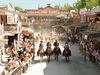 Cowboys reiten durch die Westernstadt Pullman City bei Eging am See