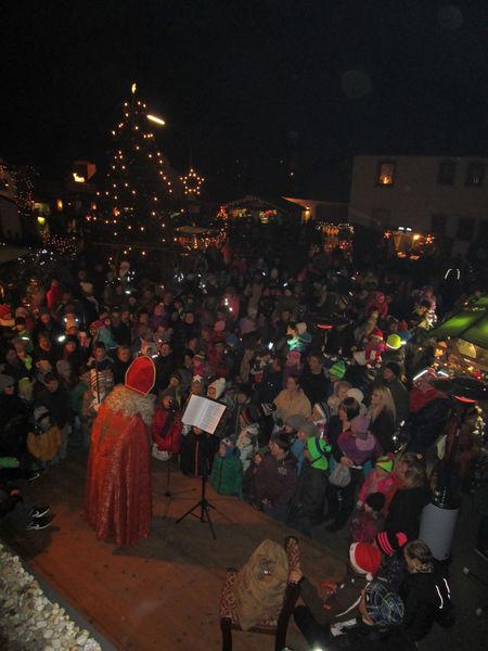 Der Nikolaus besucht den Adventsmarkt in Aicha vorm Wald
