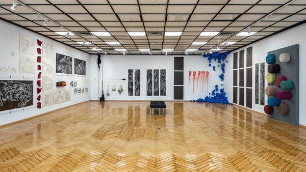 Blick in die Ausstellung KATHARINA KRENKEL – Faden, Stein, Papier, 22. April bis 30. September 2018 (Foto: Niels P. Carstensen) © bei der Künstlerin