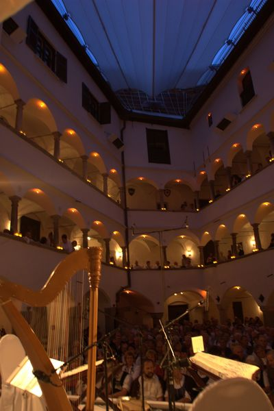 Konzert im Arcadenhof.