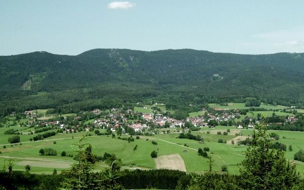 Arnbruck ist staatlich anerkannter Erholungsort, gelegen mitten im Zellertal im niederbayerischen Landkreis Regen.