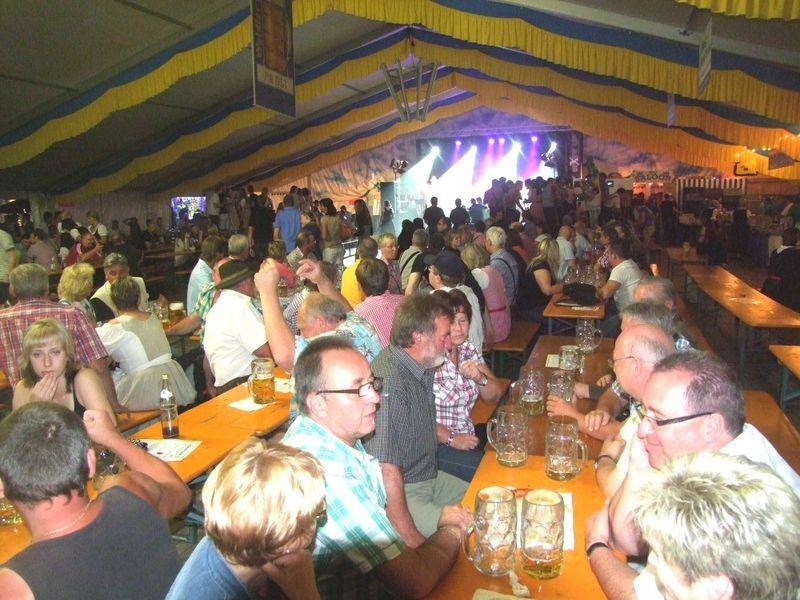 Stimmung und Unterhaltung im Festzelt beim Arnbrucker Heimatfest