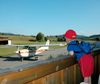 Kinder sind fasziniert von den Maschinen am Flugplatz in Arnbruck im ARBERLAND Bayerischer Wald
