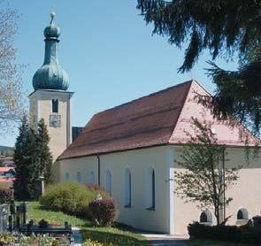 Blick auf die Pfarrkirche in Arnbruck