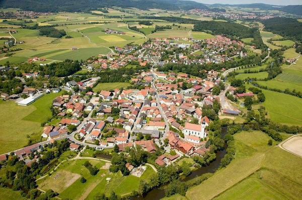 Urlaub in Arnschwang und seinen Ortsteilen zwischen den Bayerwaldbergen, Gibacht und Hohenbogen, bietet gleichzeitig Urlaub auf dem Lande und lässt das Leben in einem Dorf erfahren.