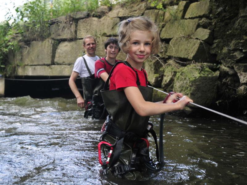 Abenteuer-Tour auf dem gelenkten Weg durch den Fluss am Eisvogelsteig