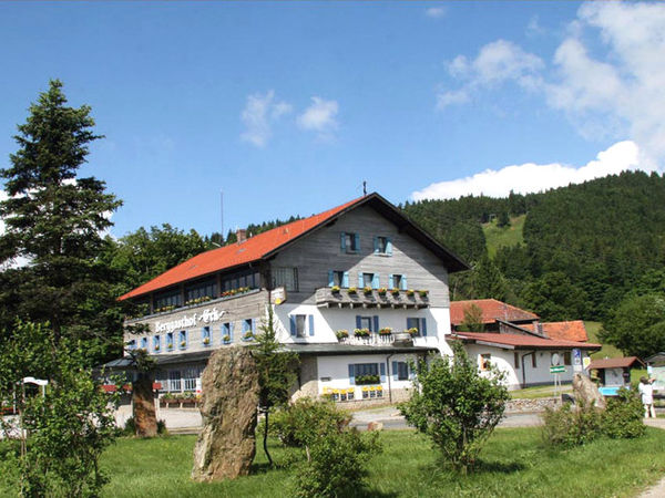 Blick auf den Bergasthof Eck bei Arrach im Naturpark Oberer Bayerischer Wald
