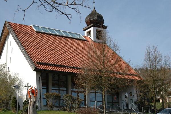 Blick auf die Dorfkapelle ST. LEONHARD in der Ortsmitte von Arrach im Lamer Winkel