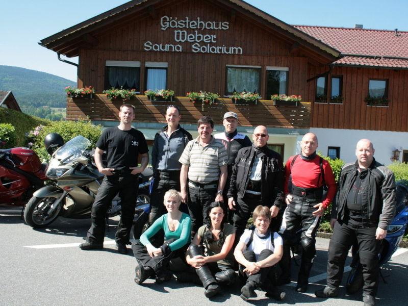 Biker-Gruppe vor dem Gäste & Appartementhaus Weber in Haibühl bei Arrach