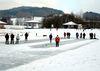 Wintervergnügen beim Eisstockschießen am Seepark Arrach