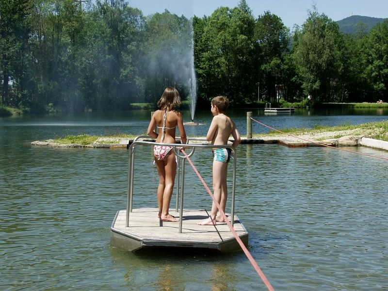 Kinderspaß mit dem Ziehfloß im Seepark Arrach