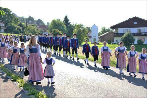 Jubiläums-Festzug mit dem Trachtenverein dRiedlstoana-Arrach