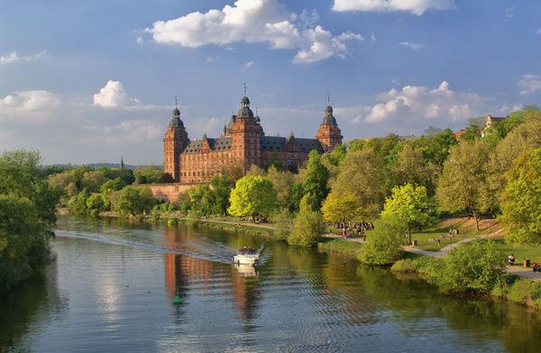 Schloss Johannisburg im Sommer