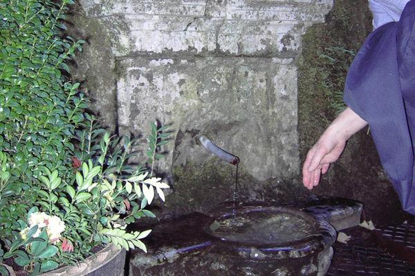 Brunnen an Kapelle