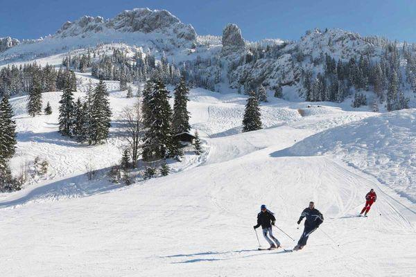 Skifahrer bei der Abfahrt von der Kampenwand