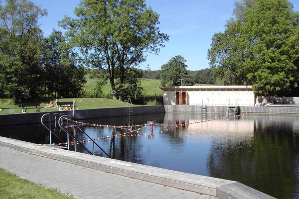 Naturmoorschwimmbad in Aschau.