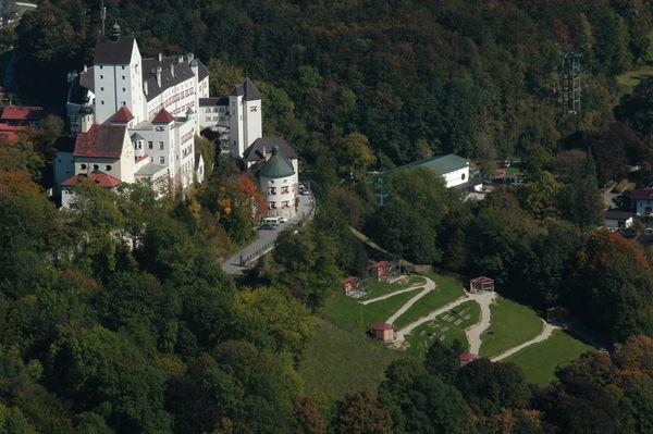 Burg Hohenaschau aus der Vogelperspektive.
