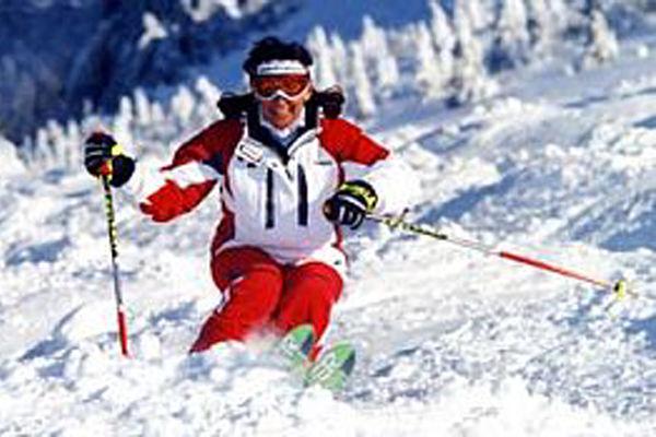 Skifahrer auf Buckelpiste.