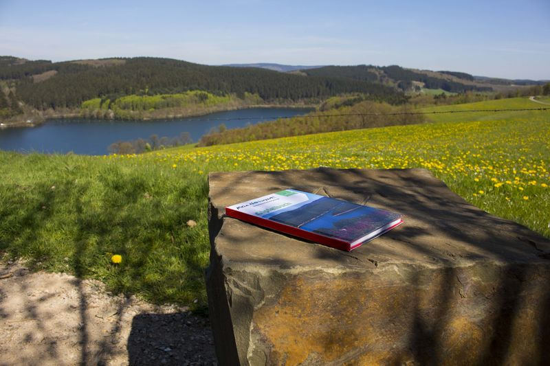 Den Listerblick genießen - auf dem Stein liegend: das Gipfelbuch