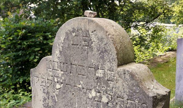 Stein auf dem jüdischen Friedhof